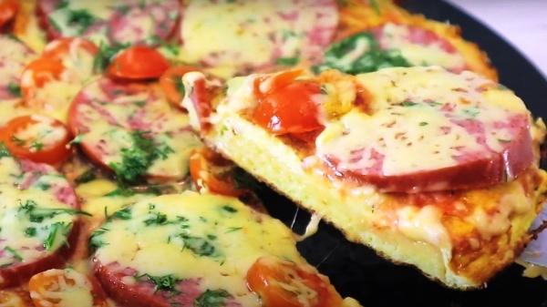 омлет с хлебом, колбасой и помидорами на сковороде